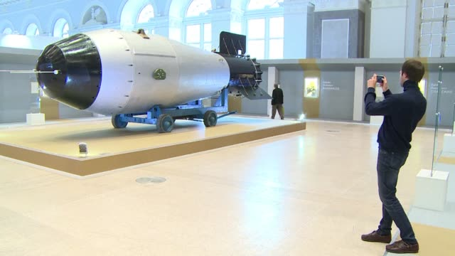 vídeos y material grabado en eventos de stock de a replica of the tsar bomba the most powerful bomb ever detonated and a symbol of the culmination of the nuclear arms race during the cold war is the... - bomba nuclear