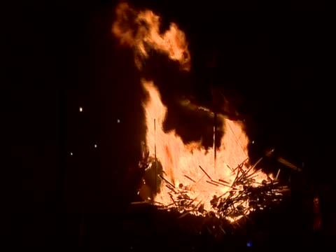 vídeos de stock, filmes e b-roll de replica viking galley on fire for the up helly aa festival - festival tradicional