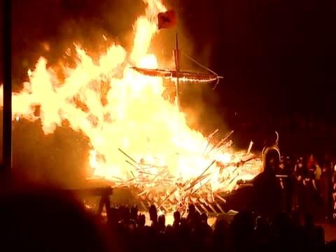 vídeos de stock, filmes e b-roll de replica viking ship is burning as part of the up helly aa festivities in lerwick - festival tradicional