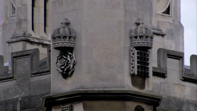 vídeos de stock, filmes e b-roll de replicas of the royal crown decorate kings' college in cambridge. available in hd. - king's college cambridge