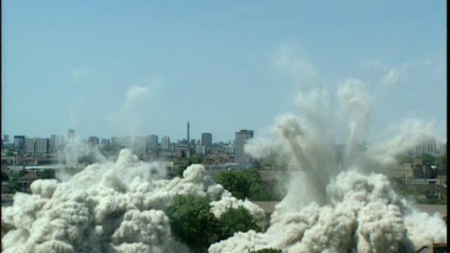 report calls for tower blocks to be demolished; xyz44700 / xyz9834 / xyz16406 england: london: ext various of tower blocks of flats being demolished... - 全壊点の映像素材/bロール
