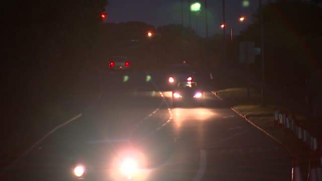 vidéos et rushes de report claims turning street lights off at night doesn't lead to more crime england various shots traffic along road at night with street lights... - turning on or off