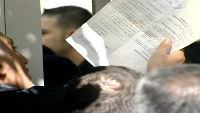 vídeos de stock, filmes e b-roll de report from damascus on iraqi refugees ext refugees crowded outside un office refugee holding legal document two women wearing niqab veils tearful... - vestimenta religiosa