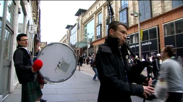 glasgow ext low angle shot of 'to let' sign on shop pan to buskers playing bagpipes and drum beside sot line of 'to let' signs on office buildings... - bagpipes stock videos & royalty-free footage