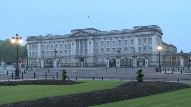 a report of a highly unusual staff meeting prompts speculation of a royal announcement as camera crews arrive outside buckingham palace - buckingham palace stock videos & royalty-free footage