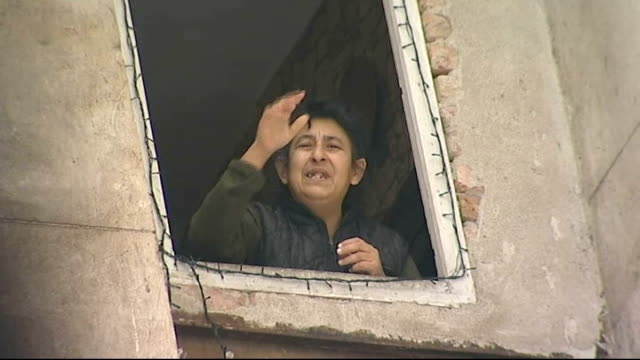 vidéos et rushes de report on problems with gas supply due to dispute between russia and ukraine; ext exterior of housing block with residents at upper windows woman... - bulgarie