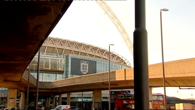 stockvideo's en b-roll-footage met report on qatar 2022 criticised by investigator who compiled it; r03021214 / 3.2.2012 england: london: wembley stadium with 'the fa' sign on side... - english football association
