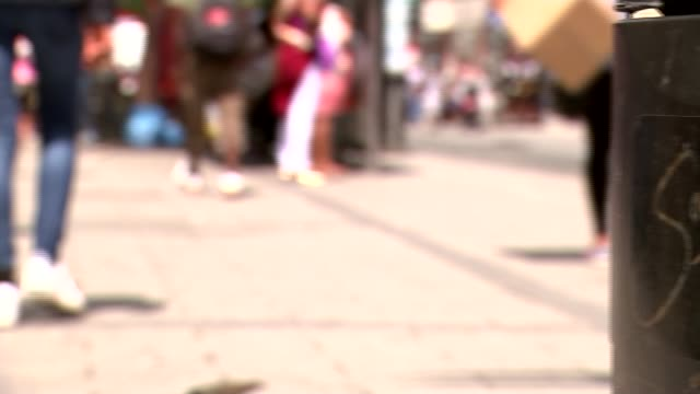 report reveals extent of female genital mutilation across england and wales anber raz interview sot anonymous shot of shoppers along busy high street... - mutilazioni genitali femminili video stock e b–roll