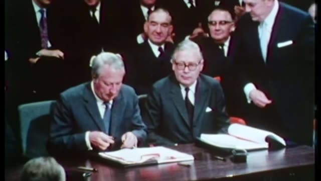 report reveals sir edward heath 'would have been interviewed under caution' over child sex abuse allegations; lib / london: downing street: edward... - エドワード ヒース点の映像素材/bロール