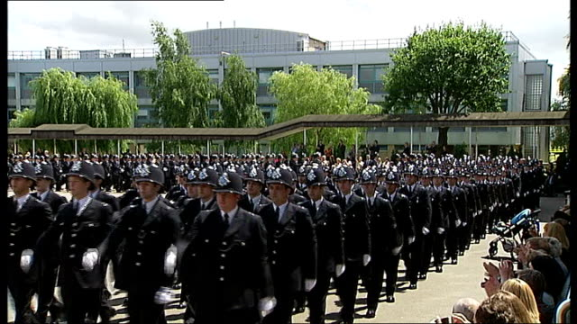 vídeos y material grabado en eventos de stock de report says number of frontline police officers will fall over next three years; t29061247 / tx england: london: hendon police training college: ext... - military recruit