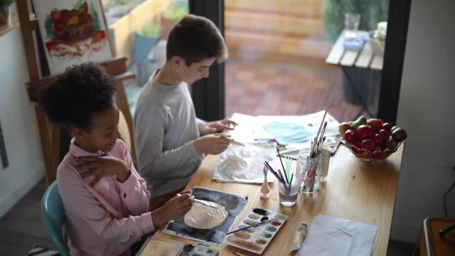 vídeos de stock, filmes e b-roll de reportage sobre crianças talentosas - desenhar atividade