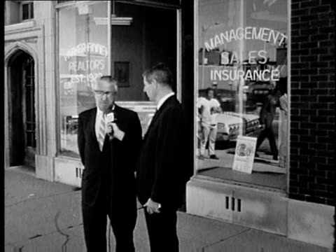 wgn reporter asks real estate agent if he would sell to african americans in chicago during the summer of 1966 - wohnungsprobleme stock-videos und b-roll-filmmaterial