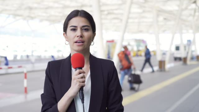 tv-reporter am flughafen - journalist stock-videos und b-roll-filmmaterial