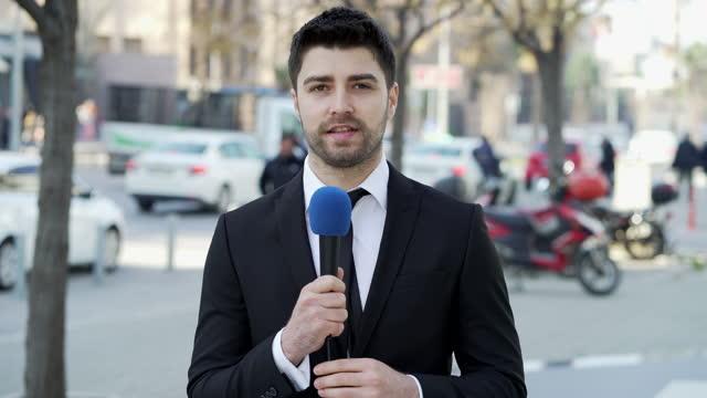 stockvideo's en b-roll-footage met tv-verslaggever op straat - media interview