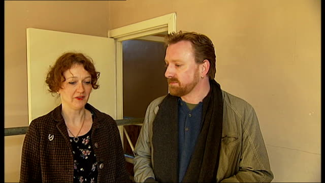 vídeos de stock, filmes e b-roll de int itn reporter standing with smith family in their former home now held together with brace emma gorman interview sot - brace