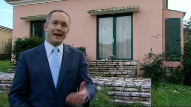 stockvideo's en b-roll-footage met reporter to camera outside bungalow - carbon monoxide