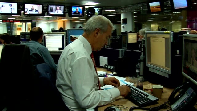 reporter typing at computer in channel 4 newsroom computer screen showing jon snow's 'snowblog' - jon snow journalist stock-videos und b-roll-filmmaterial