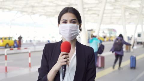 tv-reporter bär en mask - journalist bildbanksvideor och videomaterial från bakom kulisserna