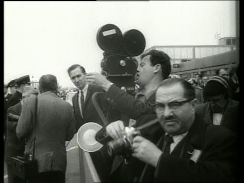 "reporters and photographers at ny airport / 1960""s / sound - 撮影機材点の映像素材/bロール"