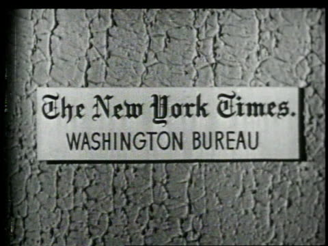 1948 montage reporters working in newspaper bureau / washington, d.c., united states - ニューヨークタイムズ点の映像素材/bロール
