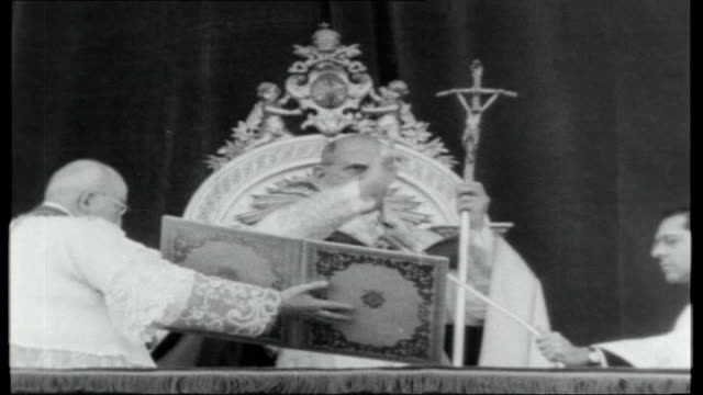 vidéos et rushes de church unity italy rome st peter's square ext congregation gathered for sunday mass pope paul vi taking mass roman catholic cardinals walking as... - 1966