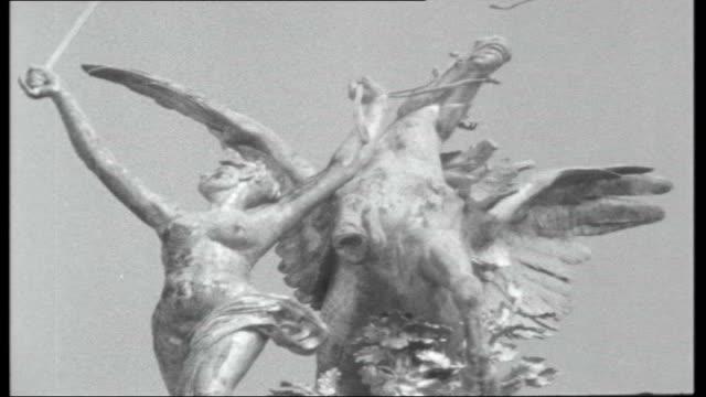 vidéos et rushes de de gaulle attempts devaluation of the pound ext gilded equestrian statue of joan of arc in rue de rivoli dome above tomb of napoleon gold tipped... - arc élément architectural