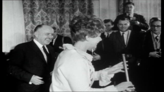 vídeos y material grabado en eventos de stock de england pools winners; england: surrey: new malden: int bank clerks counting out bundles of currency notes - the amount won by mr and mrs wall on the... - hotel grosvenor house londres