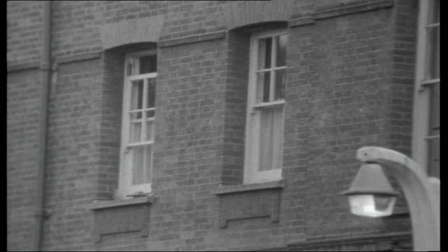 vídeos de stock, filmes e b-roll de the way to braybrook street the life of harry roberts london stoke newington ext house where harry roberts attacked a widower of 79 william gaylard... - viúvo