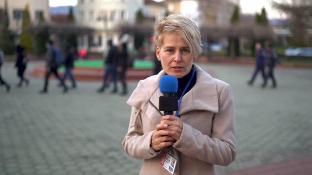 vídeos y material grabado en eventos de stock de reportaje de una protesta callejera - war