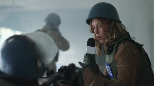 vídeos de stock, filmes e b-roll de reportagem ao vivo da zona de guerra - guerra