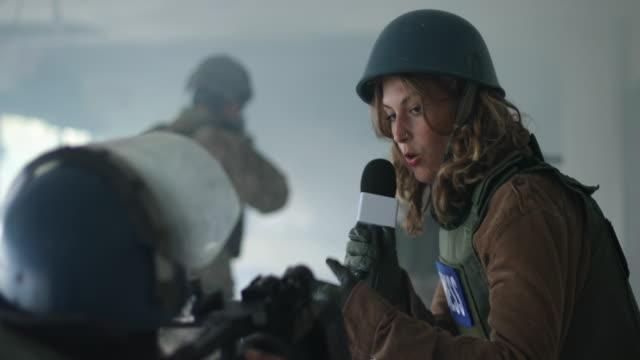vídeos de stock, filmes e b-roll de reportagem ao vivo da zona de guerra - guerra civil