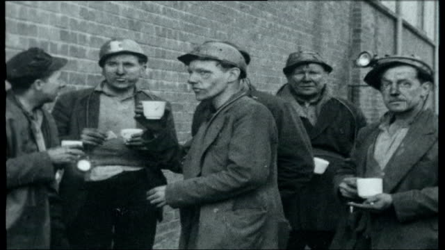 vidéos et rushes de coal mine disaster wales rhonda valley clydach vale ext view over the village and the cambrian colliery where 31 miners have been killed in an... - mineur de charbon