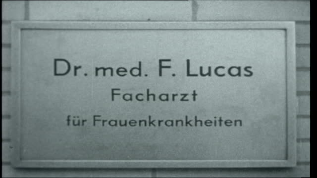 frankfurt auschwitz trials germany frankfurt dr franz lucas along to court defendants in court including oswald kaduk / wilhelm boger leading other... - campo di concentramento video stock e b–roll