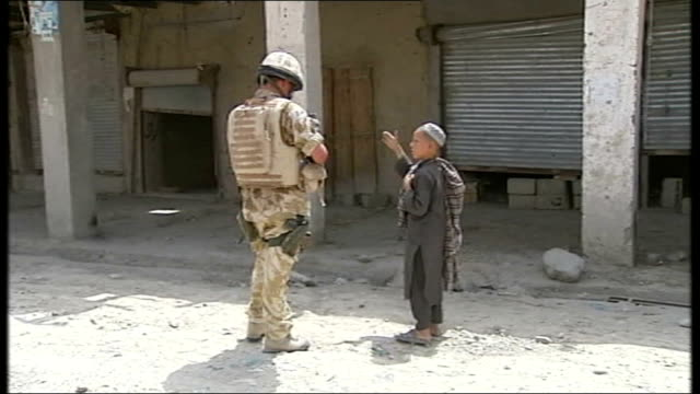 vídeos y material grabado en eventos de stock de reports of civilian casualties following nato air strikes; tx 21.4.2007 british soldiers speaking to local afghans, with translator wearing scarf and... - víctima de accidente