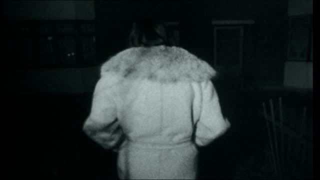 vidéos et rushes de sandie shaw ext / night * * music heard during the following shots sot * * shaw along road as into her mother's house shaw's legs into room as kicks... - donner un coup de pied