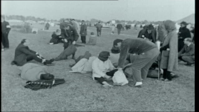 vídeos de stock, filmes e b-roll de selma marchers various of marchers along / marchers in field / marchers sitting down resting sore feet / people lying on coats and blankets in field... - marchando