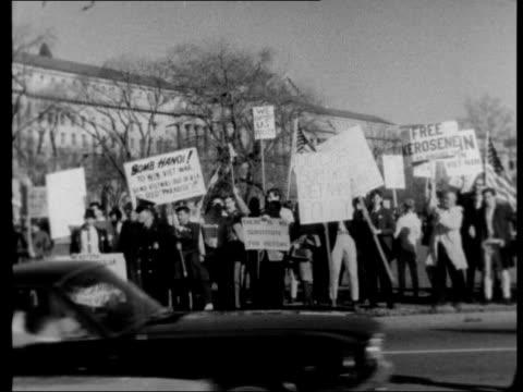 vidéos et rushes de anti-war protest rally in washington d c; 17.4.1965 usa: washington dc: ext washington monument massive crowd of anti-war protesters / various of... - kérosène