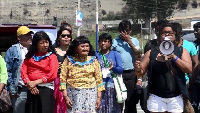 vídeos de stock e filmes b-roll de representantes de comunidades indigenas amazonicas se reunieron el sabado en lima para exigir derechos sobre sus territorios ante los delegados de la... - exigir