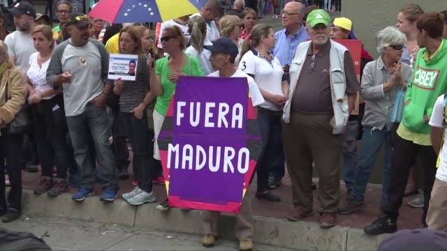 vídeos de stock e filmes b-roll de representantes de la oposicion venezolana se manifestaron el martes en caracas para exigir la renuncia del presidente nicolas maduro a quien... - exigir