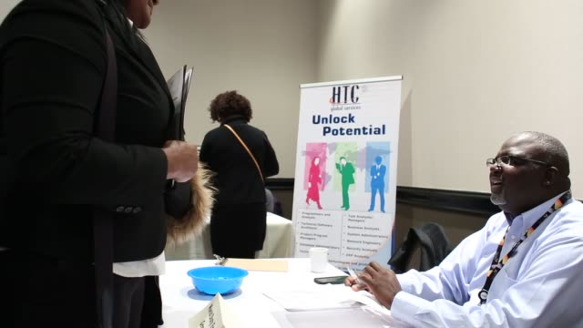 representatives from various companies speak to job seekers at a giant job fair in detroit, michigan, u.s., on wednesday, dec. 30, 2015. the u.s.... - 就職フェア点の映像素材/bロール