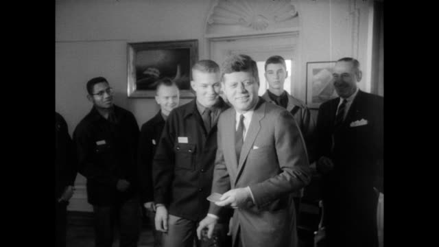 vidéos et rushes de / representatives of boy scouts meet with president kennedy / boy scouts are given the president's certificates and gifts / boy scout representative... - 1963