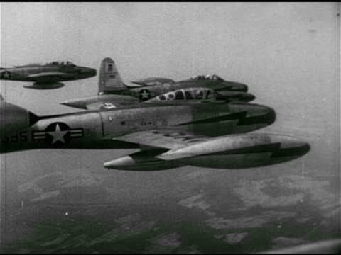 vidéos et rushes de republic f84 'thunderjet' inflight refueling flying with group of f84 turbojet fighterbombers in formation line of f84s peeling off away from... - 1952