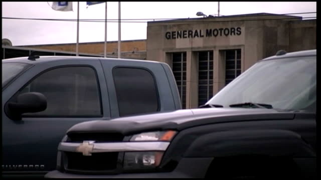 vídeos de stock e filmes b-roll de republican and democrat campaigning in cleveland ohio ohio cleveland ext close shot 'gmc' logo on bumper of car cars on display in car park of... - general motors