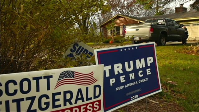 republican and democrat election posters outside houses in milwaukee, wisconsin, for the us presidential election - ウィスコンシン州点の映像素材/bロール