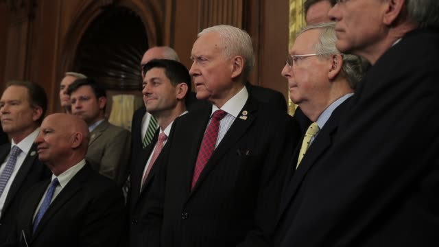 republican leaders attend the news conference announcing a new tax reform proposal and majority leader mitch mcconnell leaves the conference speaker... - partito repubblicano degli usa video stock e b–roll