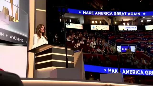 vídeos y material grabado en eventos de stock de controversy over melania trump speech senator chris christie applauding close shot christie words scrolling on autocue low angle shot melania trump... - teleprompter