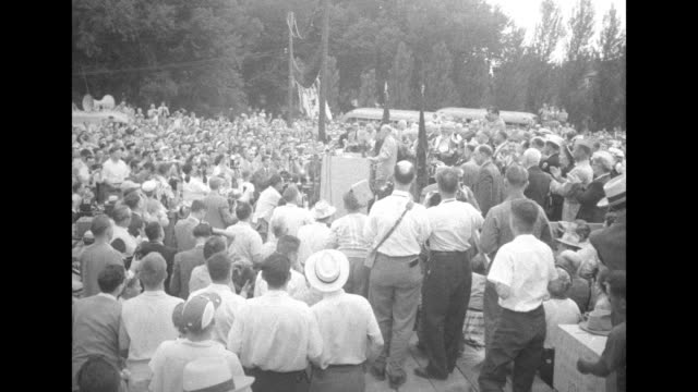 republican presidential candidate dwight d. eisenhower is slowly escorted through a large crowd with most men wearing light-colored hats / the people... - ホームカミング点の映像素材/bロール