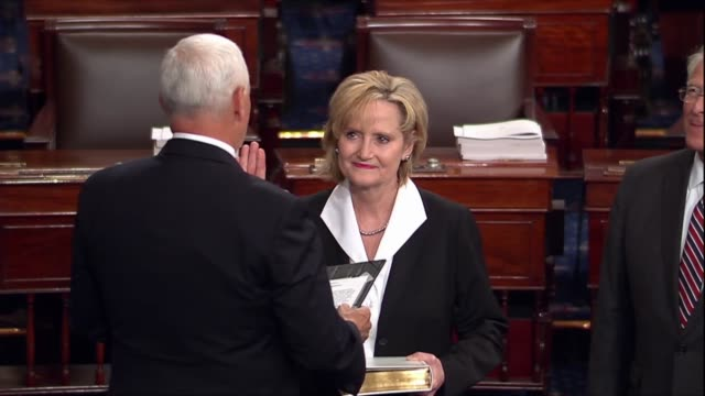 vídeos y material grabado en eventos de stock de republican senator cindyhyde smith is sworn in by vice president mike pence on the senate floor after her appointment by governor phil bryant to... - senador