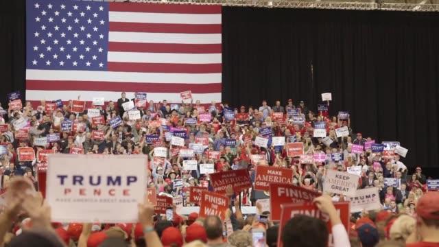 vídeos de stock e filmes b-roll de republican supporters react as us president donald trump makes his second campaign stop of the day in cleveland - partidário