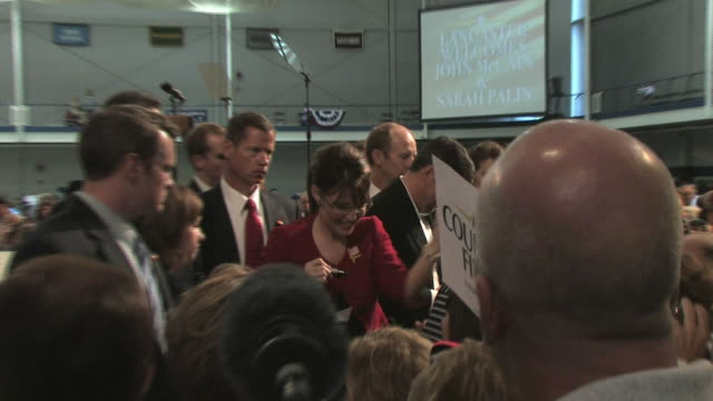 vídeos de stock e filmes b-roll de republican vicepresidential candidate governor sarah palin and her husband todd palin signing autographs at presidential campaign event on september... - lancaster pensilvânia